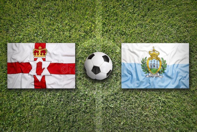 De vlaggen van Noord-Ierland en van San Marino op voetbalgebied royalty-vrije stock foto's