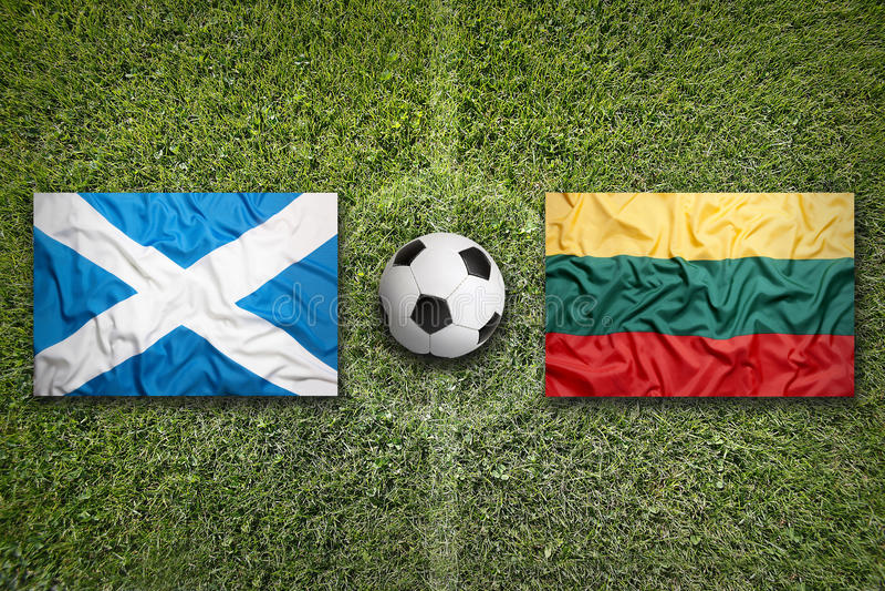 De vlaggen van Schotland en van Litouwen op voetbalgebied royalty-vrije stock fotografie