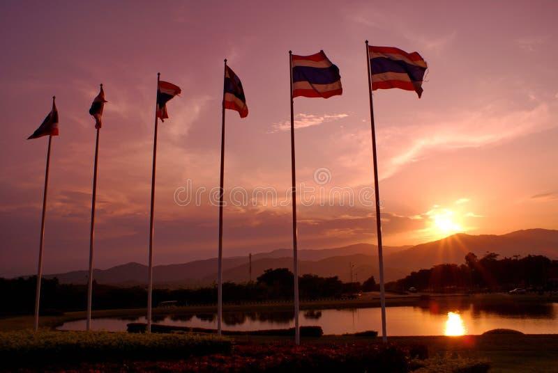 De Vlaggen van Thailand met de achtergrond van de schemeringhemel stock foto's