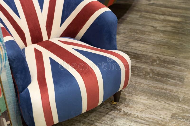 De vlagleunstoel van Engeland in een woonkamer stock afbeelding