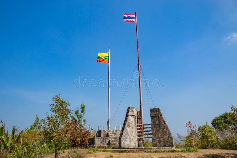 De vlagpool met de vlag van Thailand en Myanmar stock afbeelding
