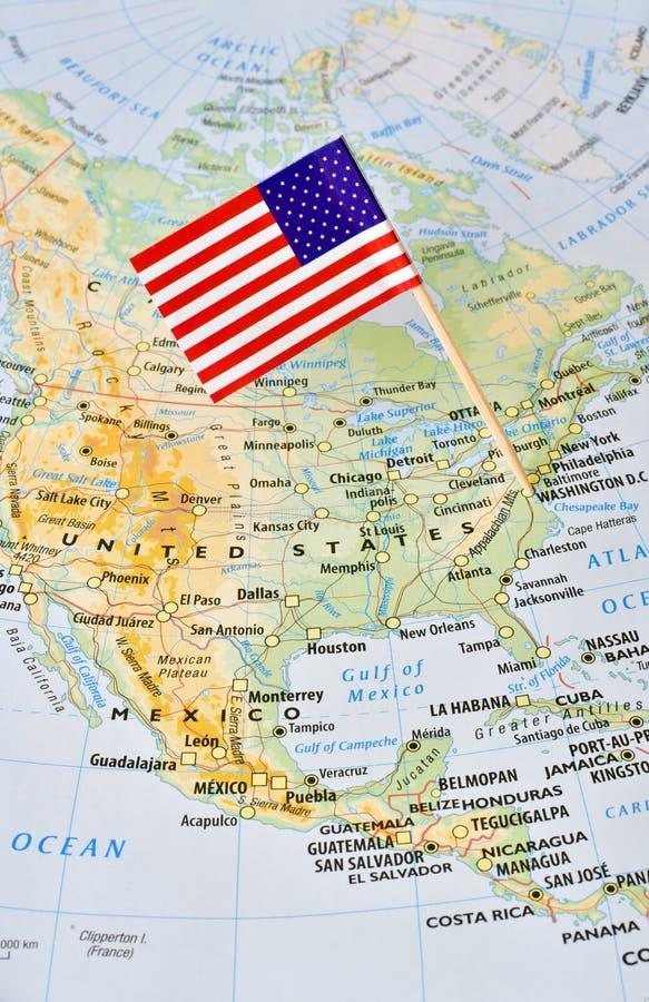 De vlagspeld van de V.S. op kaart die aan Washington richten royalty-vrije stock afbeeldingen