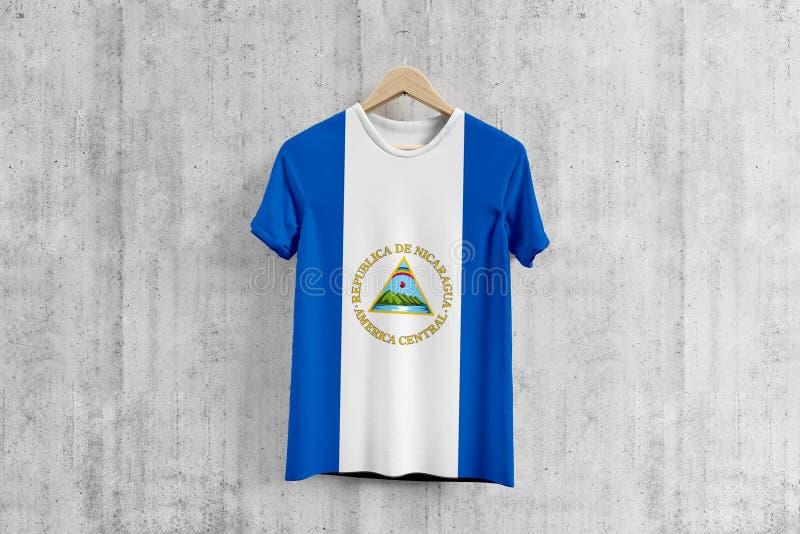 De vlagt-shirt van Nicaragua op hanger, Nicaraguan idee van het team eenvormige ontwerp voor kledingstukproductie Nationale slijt royalty-vrije stock fotografie