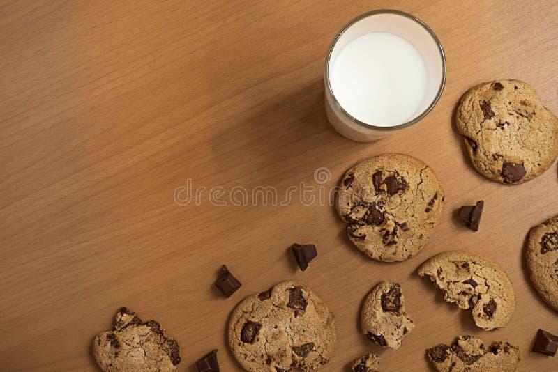 De de de vlakke chocoladereep en koekjes en kop van melk, leggen achtergrond royalty-vrije stock foto
