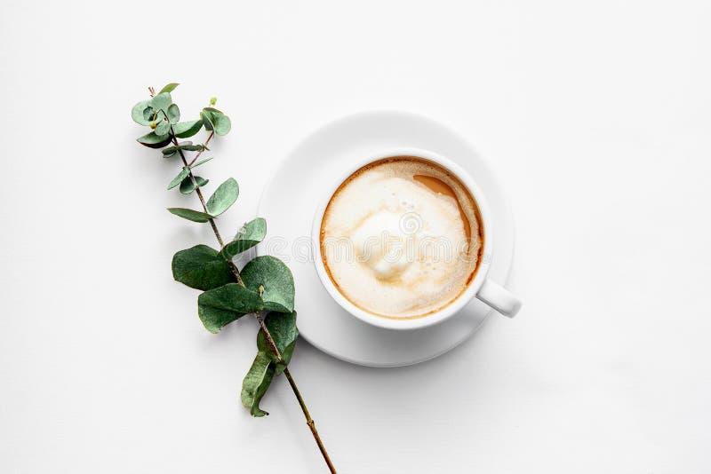 De vlakke lay-out met een paar mokkencappuccino en een lilac tak op de mening van de lijstbovenkant springen koffiearoma op stock fotografie