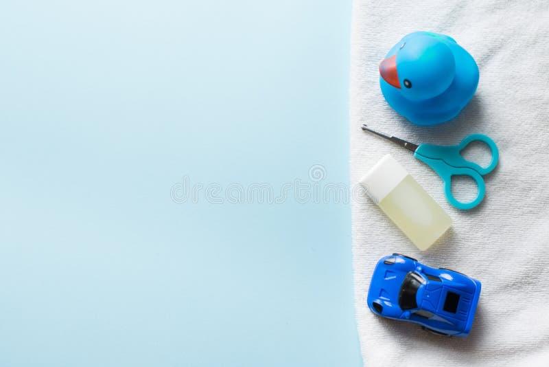 De vlakte van de babydouche legt op blauwe achtergrond Hild speelgoed Ñ  en shampoo De ruimte van het exemplaar Plaats voor teks stock afbeelding