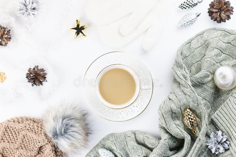 De vlakte van het Kerstmisconcept lag Het warme, comfortabele de winterkleding en kader van Kerstmisdecoratie op witte achtergron stock foto