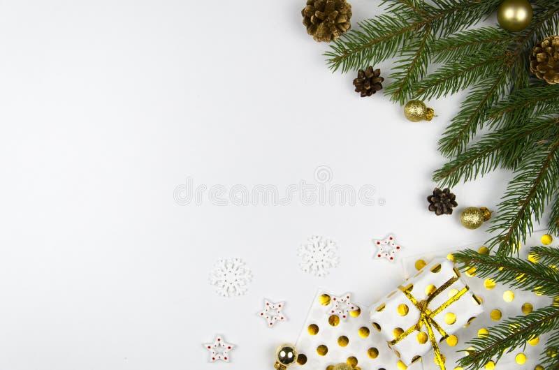 De vlakte van het Kerstmismodel legt gestileerde scène met Kerstmisboom en decoratie De ruimte van het exemplaar stock afbeelding
