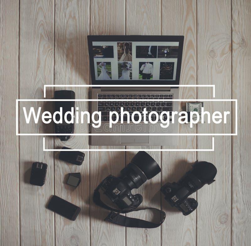 De vlakte van het werkhulpmiddelen van de huwelijksfotograaf lag stock foto