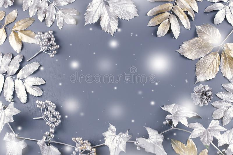 De vlakte van het de winterconcept legt met gouden en zilveren bladeren met sneeuw het vallen De achtergrond van het Kerstmiskade royalty-vrije illustratie