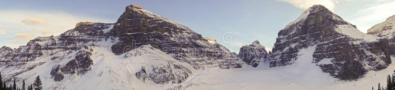 De vlakte van Zes Gletsjersberg bereikt de Rotsachtige Bergen van Meerlouise banff national park canadian een hoogtepunt stock fotografie