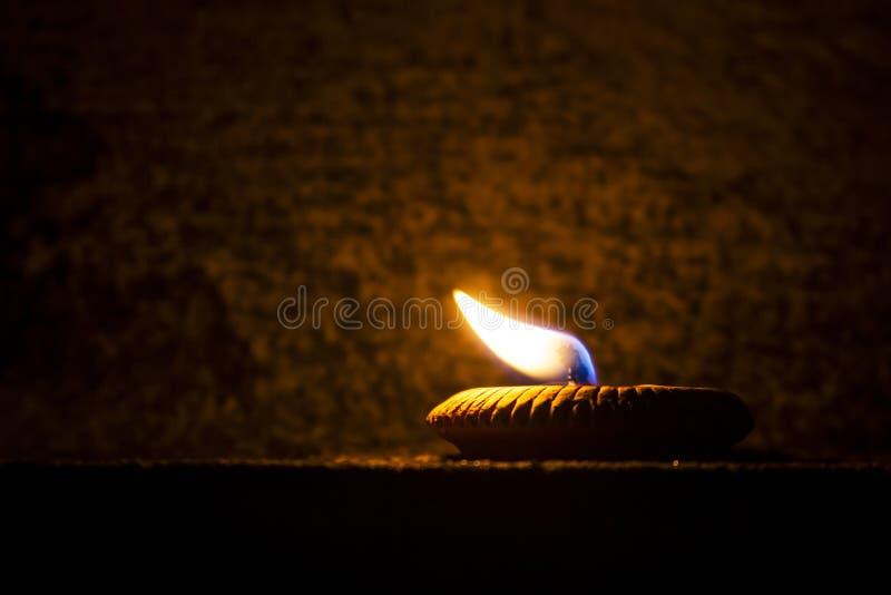De vlam donkere nacht van de kaars lichte brand royalty-vrije stock fotografie
