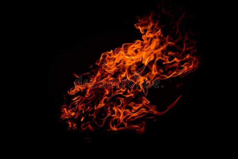De Vlam van de brand die op zwarte wordt ge?soleerdm royalty-vrije stock fotografie