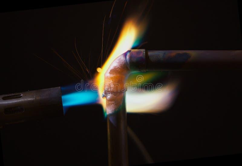 De Vlam van de Soldeerlamp en de Pijp van het Koper royalty-vrije stock foto's