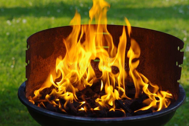 De vlam van de steenkoolgrill royalty-vrije stock fotografie