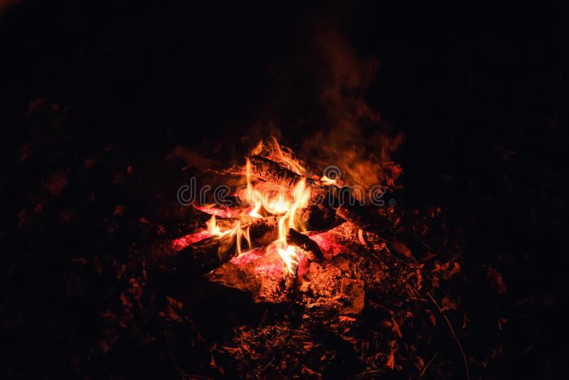 De vlam van de de nachtbrand van het vuurkampvuur Heet licht stock foto