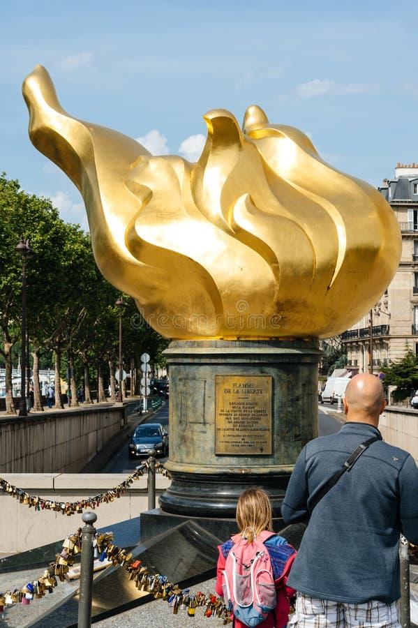 De Vlam van Vrijheidsstandbeeld in de mensen van Parijs het bewonderen stock afbeelding