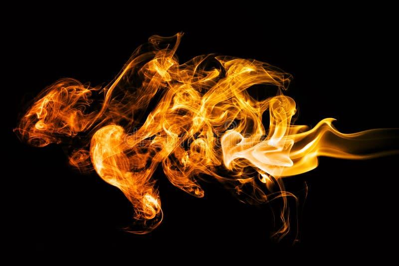 De vlammen van de brand op zwarte achtergrond royalty-vrije stock afbeeldingen