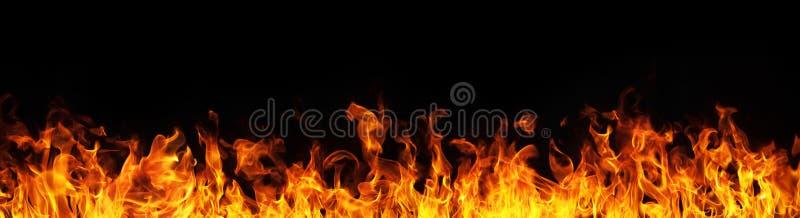 De vlammen van de brand op zwarte achtergrond stock afbeeldingen
