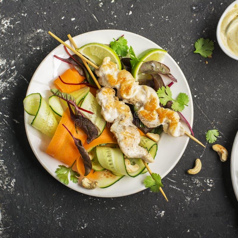 De vleespen van de cachoukip met pindasaus en groenten Hoogste mening stock foto