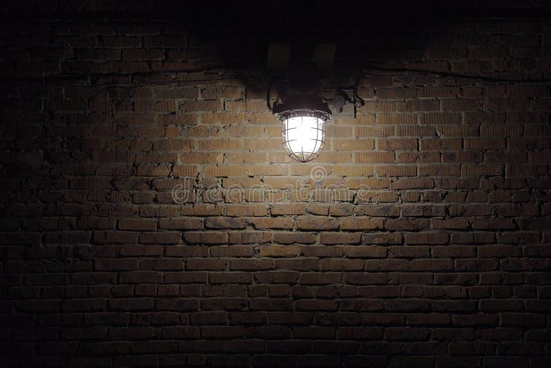 De vlek van de verlichting op bakstenen muur stock foto's