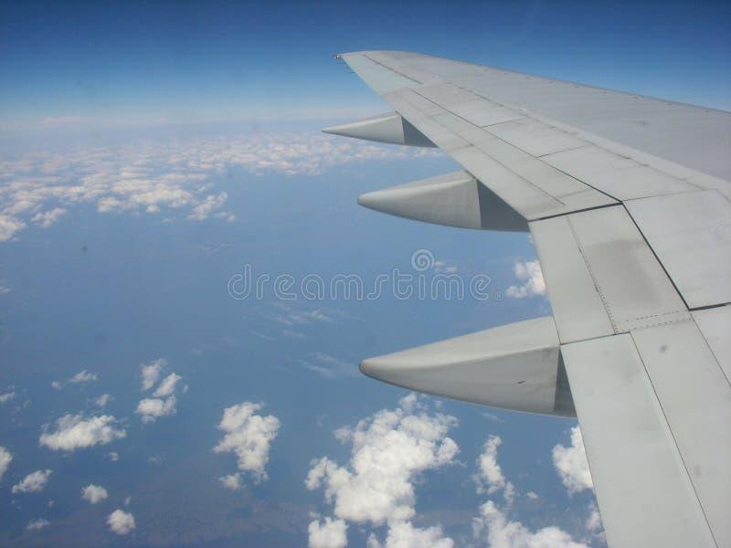 De vleugel van het vliegtuig in de atmosfeer stock afbeelding