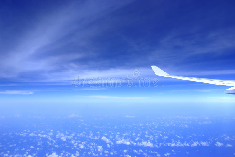 De vleugel van het vliegtuig op hemel royalty-vrije stock fotografie