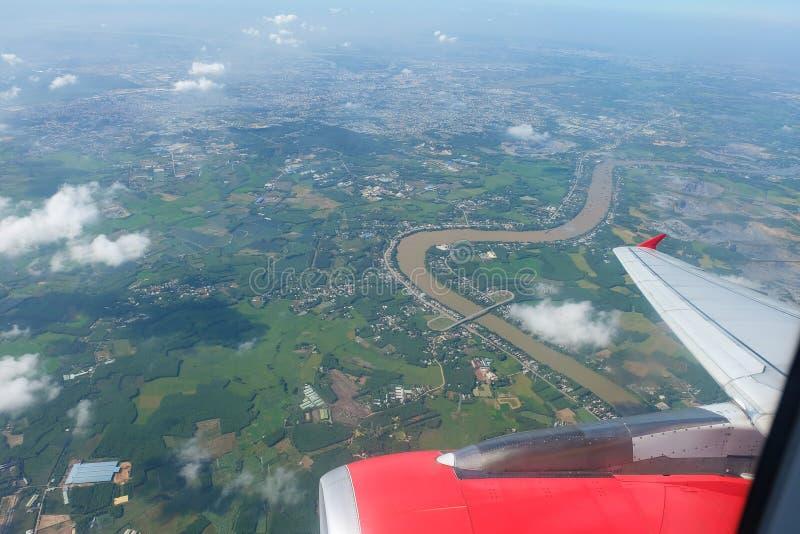 De Vleugel van het vliegtuig tijdens de vlucht royalty-vrije stock afbeelding