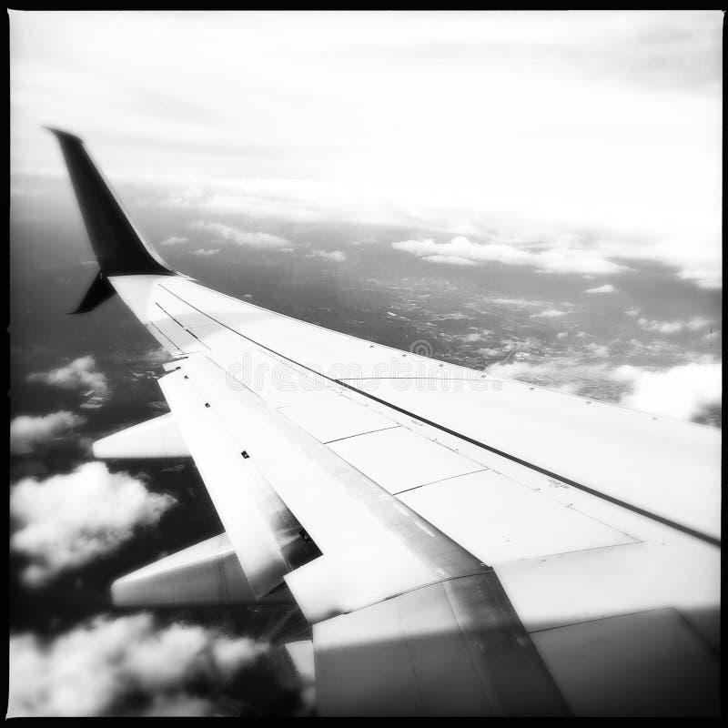 De vleugel van het vliegtuig tijdens de vlucht royalty-vrije stock foto's