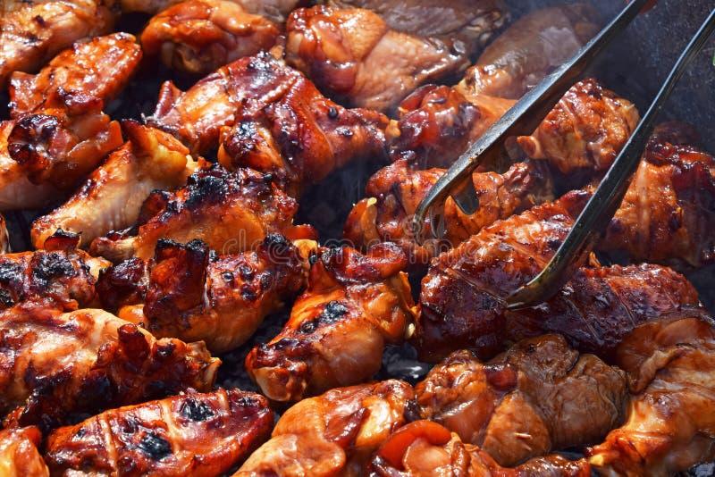 De vleugels van kippenbuffels bij de rookgrill die worden gekookt stock foto's