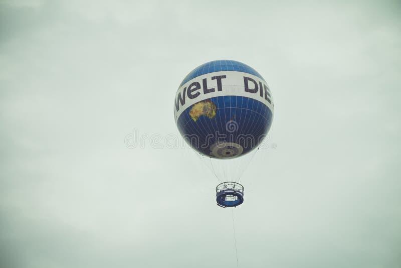 De vlieg van de hete luchtballon in de hemel van de stad van Berlijn royalty-vrije stock afbeelding