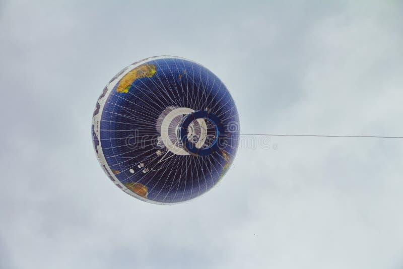 De vlieg van de hete luchtballon in de hemel van de stad van Berlijn stock afbeelding
