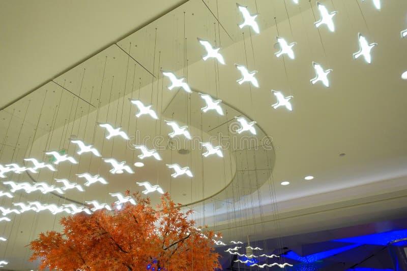 De vliegende lamp van de Vogelvorm geleide aanstekende kroonluchter stock foto