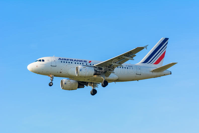 De vliegende Luchtbus A318-100 van Vliegtuigair france F-GUGF landt bij Schiphol luchthaven royalty-vrije stock afbeeldingen