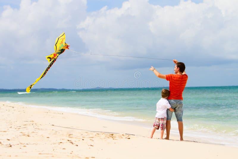 De vliegende vlieger van de vader en van de zoon royalty-vrije stock foto's