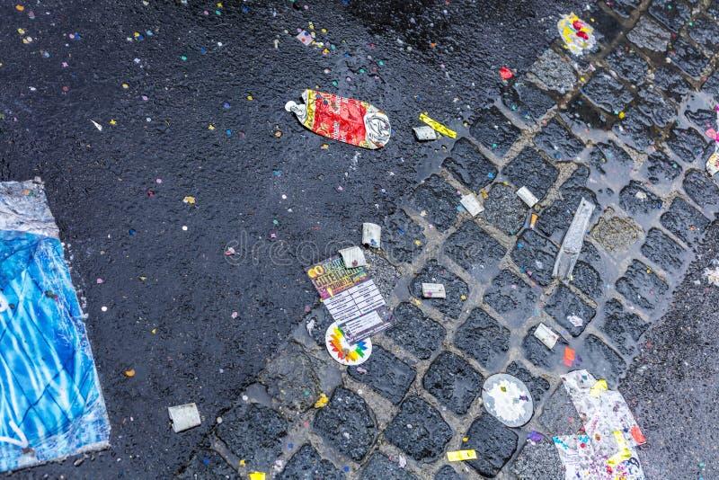 De vliegers, de vlaggen en het vuilnis op de straat na Gay Pride paraderen ook gekend als Christopher Street Day-CDD in München,  royalty-vrije stock afbeeldingen