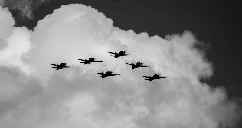 de vliegtuigen die in een wonderfu bluel hemel vliegen stock fotografie