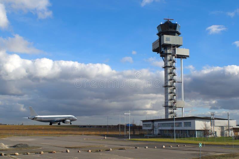 De vliegtuigen na het landen bij de luchthaven van Leipzig en de controletoren royalty-vrije stock afbeeldingen