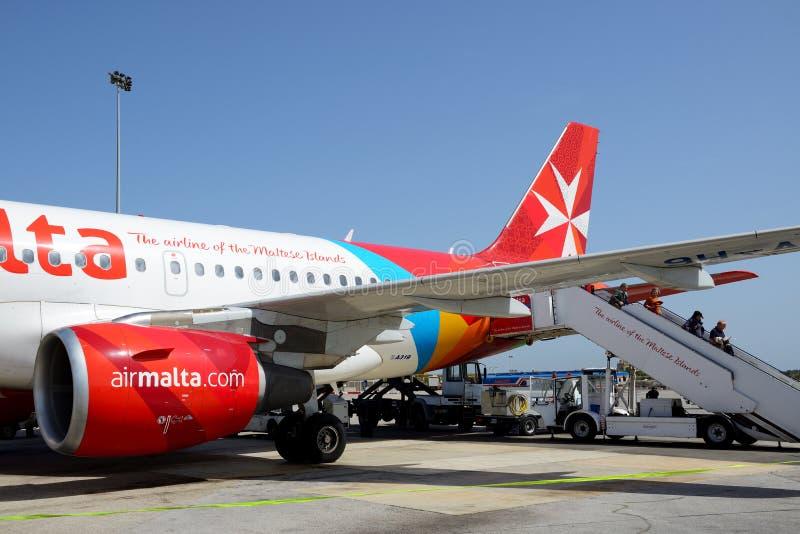 De vliegtuigen van de Luchtvaartlijnen die van Malta onderhoud nemen bij de Luchthaven van Malta royalty-vrije stock foto's