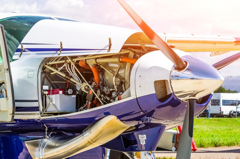 De vliegtuigen van het schroefturbinevliegtuig een glans van het propellerchroom met open bonnetreparatie, motorcontrole royalty-vrije stock afbeeldingen
