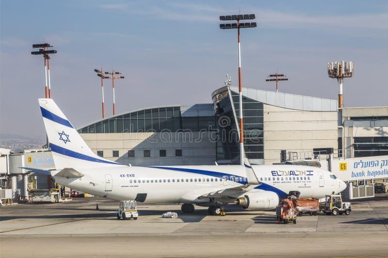 De vliegtuigen van de Israëlische die luchtvaartlijn Gr Al Boeing 737-800 op het vliegveld van de luchthaven na Ben Gurion wordt  royalty-vrije stock foto's