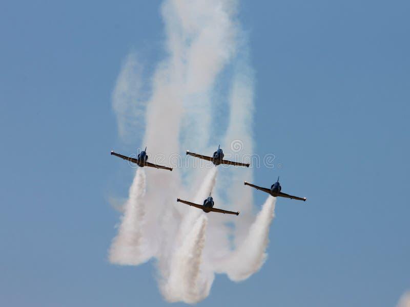 De vliegtuigenploeg verlaat een spoor royalty-vrije stock foto