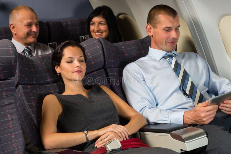 De vliegtuigpassagier ontspant tijdens de slaap van de vluchtcabine royalty-vrije stock afbeelding