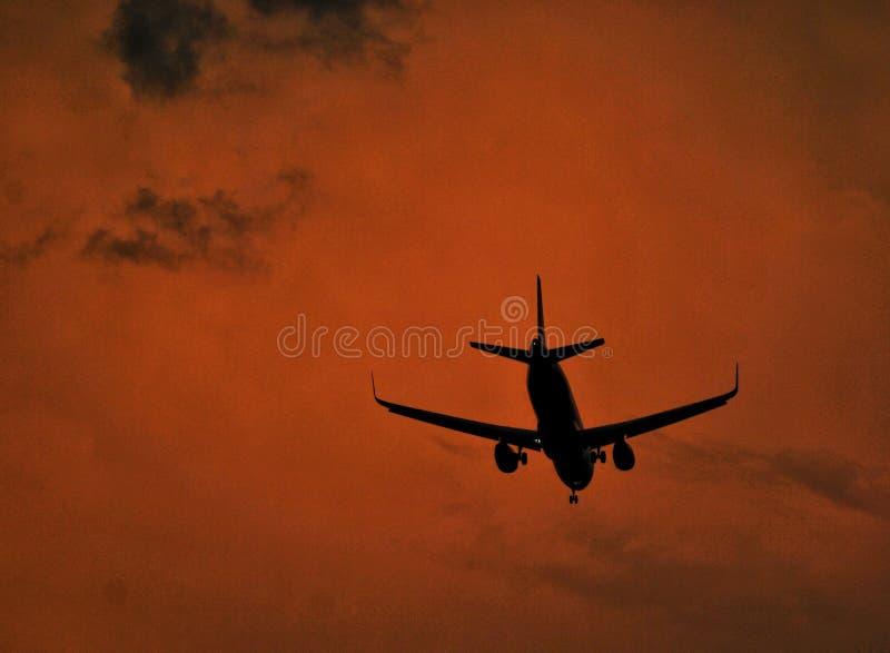 de vliegtuigvliegen in de nacht royalty-vrije stock foto's