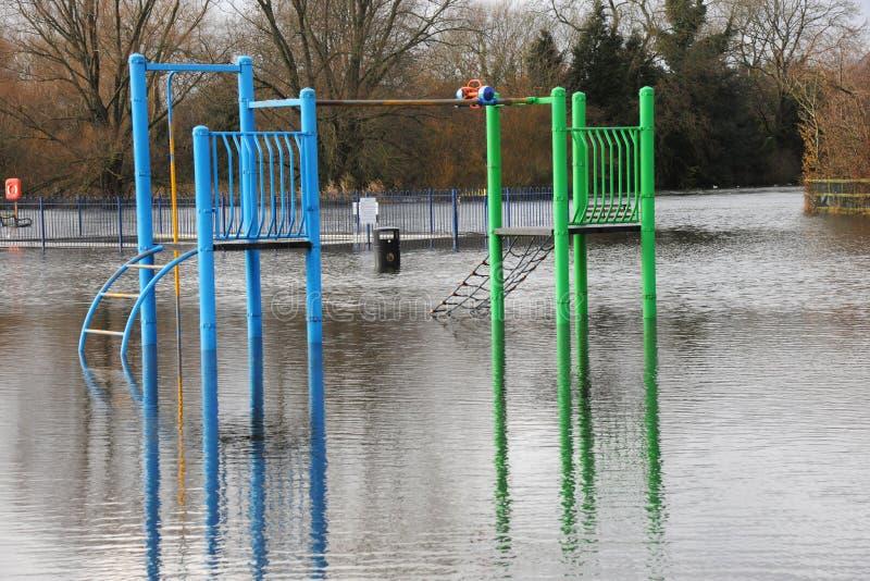 De vloed overspoelt een speelplaats van kinderen royalty-vrije stock afbeeldingen