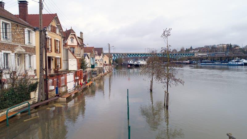 De vloed van de Zegenrivier in Conflans Sainte Honorine, 30 Januari stock afbeeldingen