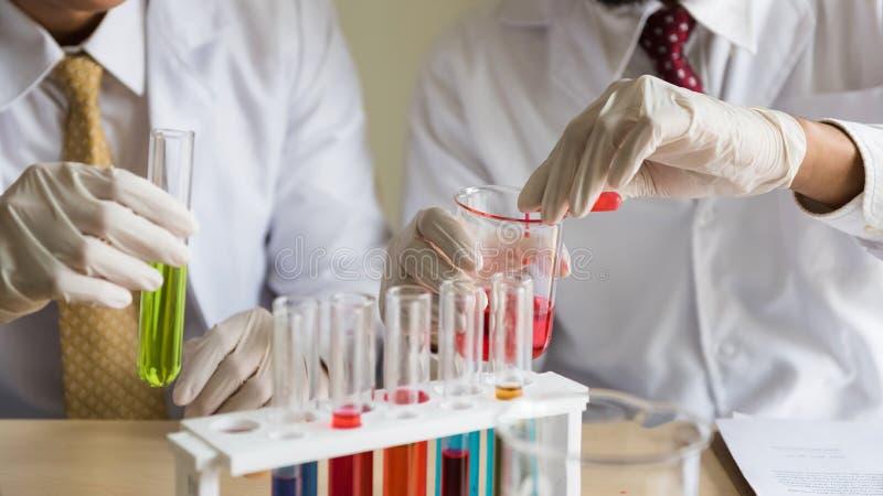 De vloeibare test van het substantieexperiment bij laboratorium royalty-vrije stock afbeeldingen