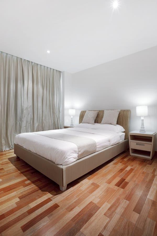 De vloer van het parket in slaapkamer