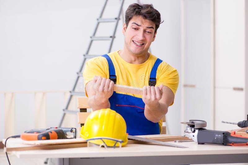 De vloerhersteller met zijn werk wordt teleurgesteld dat stock foto