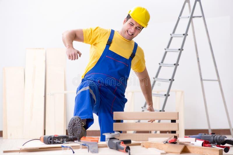 De vloerhersteller met zijn werk wordt teleurgesteld dat stock afbeeldingen